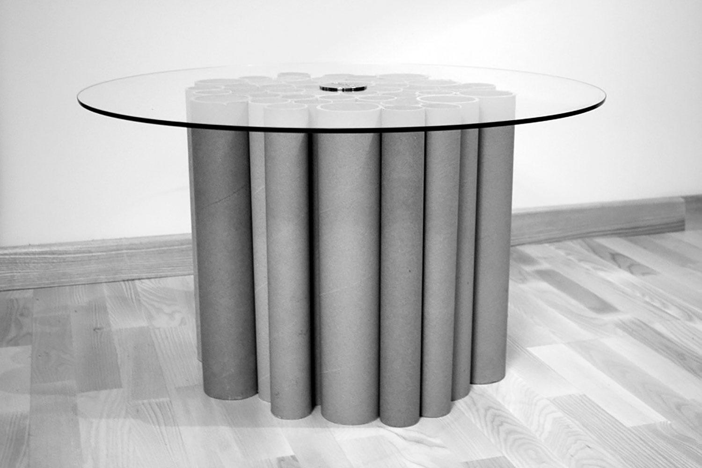 """Stolik kawowy """"One Table"""", wykonany z tekturowych tub"""